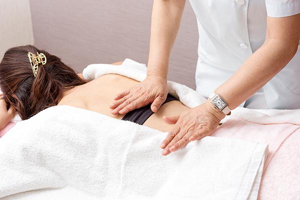 美容鍼 全身の触診をし、身体の状態をみます